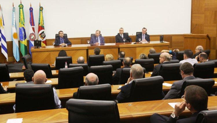 Foto de auditório em que o Ministro Ronaldo Nogueira faz palestra.