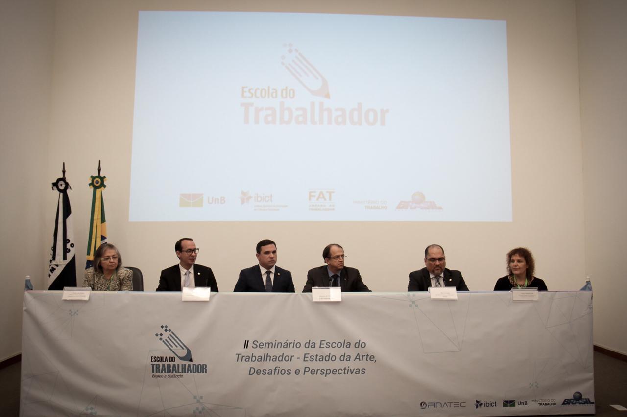 """Imagem da mesa de abertura do evento """"II Seminário Escola do Trabalhador"""""""