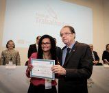 Imagem do ministro do Trabalho entregando o centésimo milésimo certificado de conclusão de curso à aluna Íris Serafim Bonesio Junqueira